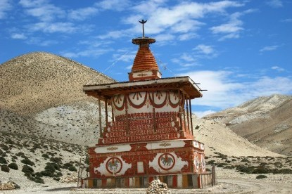 Old stupa on the way between Charang and Lo.